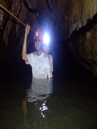 Luiz e Priscila atravessando o rio dentro da caverna