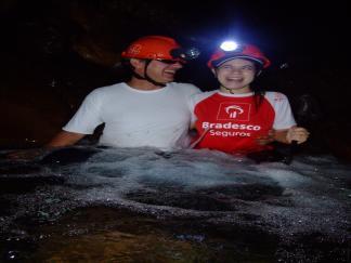 Luiz e Priscila na cachoeira da caverna.